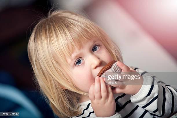 """Kind mit Aufschrift """" Stück der Kuchen"""