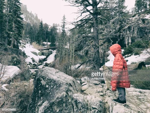 彼のハスキーと雪嵐の中ハイキングに彼の父のジャケットの子