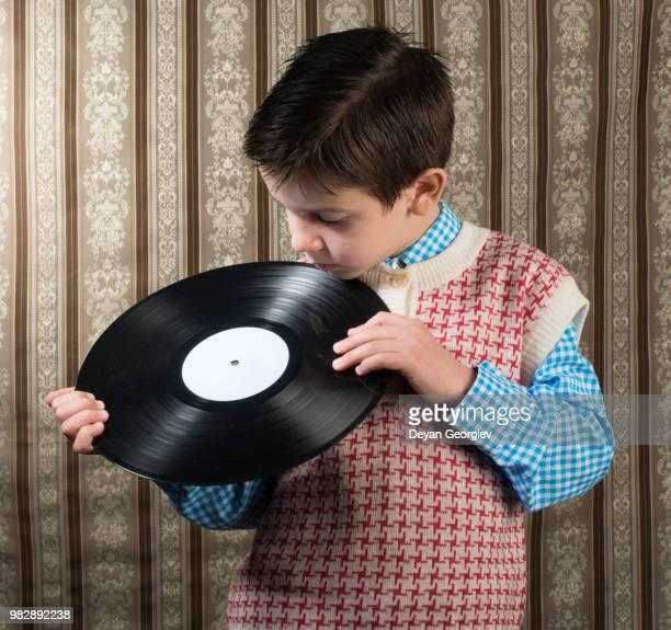 child hold lp - opslagmedia voor analoge audio stockfoto's en -beelden