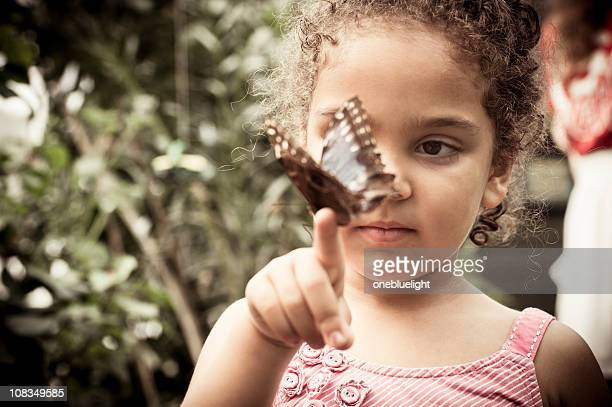 Kind Holding Schmetterling Gepunktete Holz (Pararge aegeria
