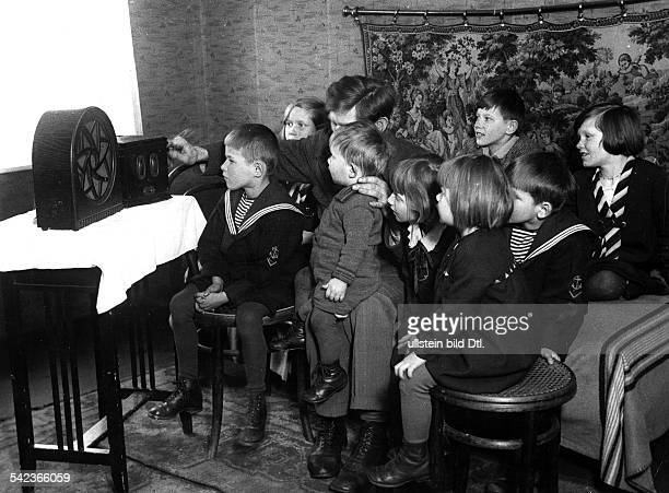Child images A father and his many children listening to the radio photo Der Reporter 1933 Vintage property of ullstein bild