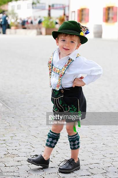 child in lederhosen, garmisch-partenkirchen - traditionele kledij stockfoto's en -beelden