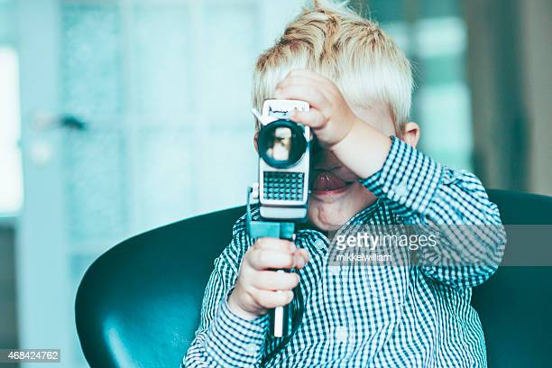 Kind mit alten creative video-Kamera und macht Film