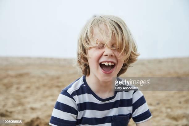 child laughing - nur jungen stock-fotos und bilder