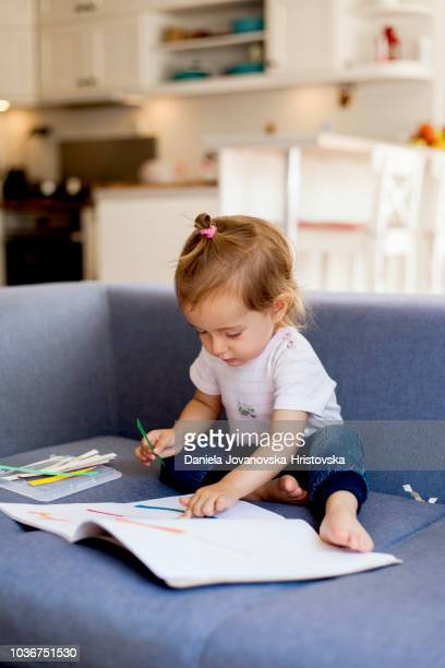 criança aprendendo sobre cores - labeling - fotografias e filmes do acervo