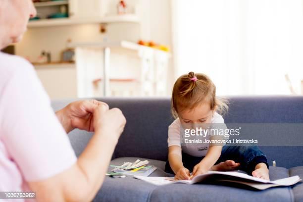 criança aprendendo com a avó - labeling - fotografias e filmes do acervo