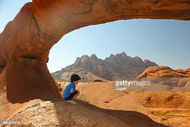 Enfant regardant Spitzkoppe paysage en vacances en Namibie Afrique
