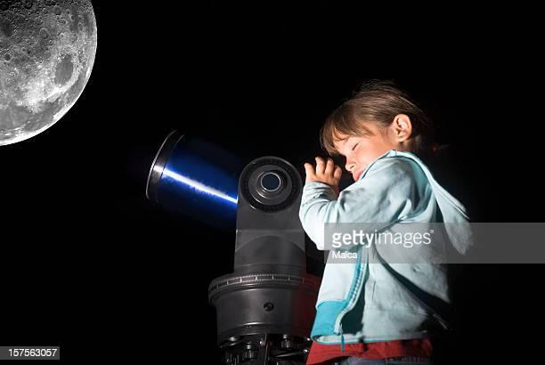 bambino guardando la luna - astronomia foto e immagini stock