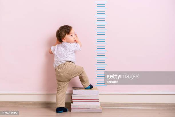 medir a altura de criança - crescimento - fotografias e filmes do acervo