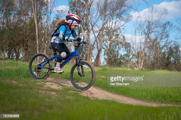 child mountain biking - caneleira roupa desportiva de proteção imagens e fotografias de stock