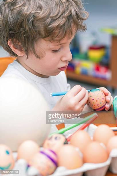 bambino vernici uova di pasqua - pjphoto69 foto e immagini stock