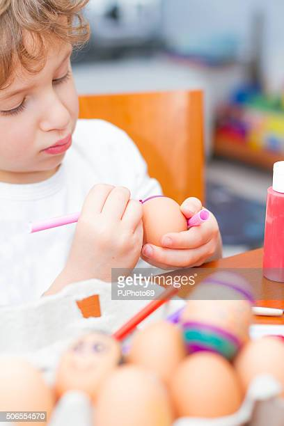 child paints easter eggs - pjphoto69 個照片及圖片檔