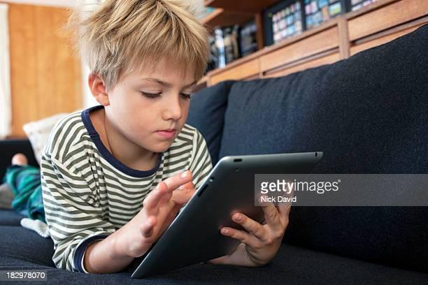 child playing on tablet - 8 9 jahre stock-fotos und bilder