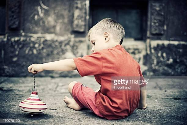 Criança brincando com um Pião