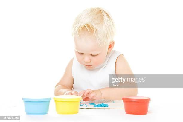Enfant jouant avec playdough
