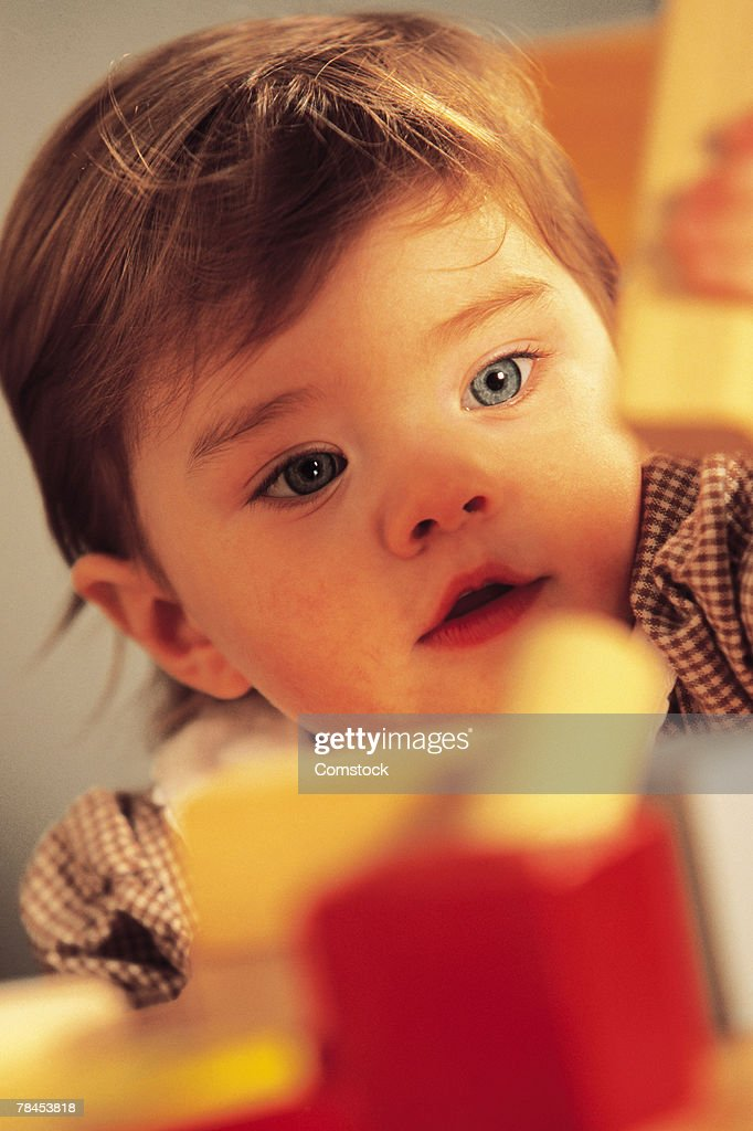 Child playing with toy blocks : Stockfoto