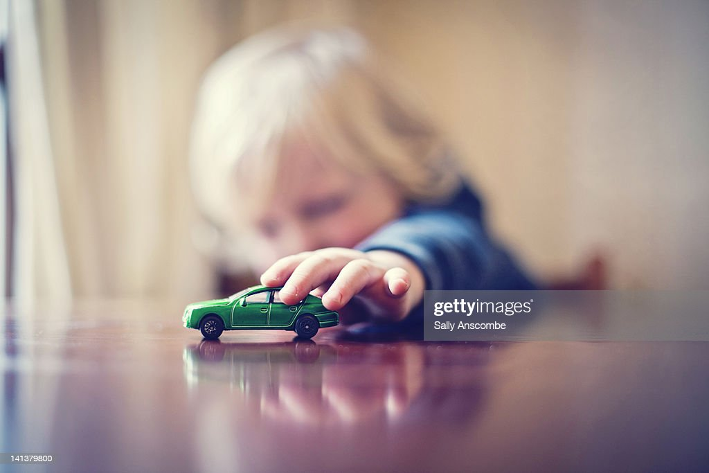 Child playing with toy car : Foto stock