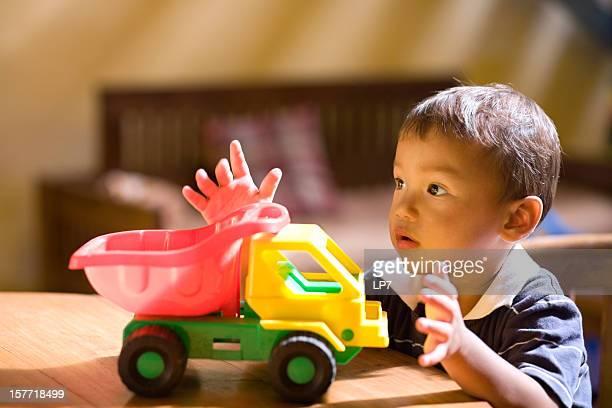 Enfant jouant avec jouet voiture