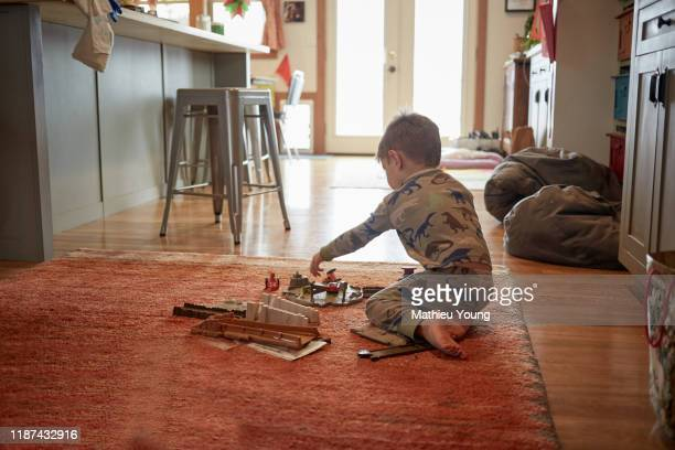 child playing with toys - warme kleding stockfoto's en -beelden