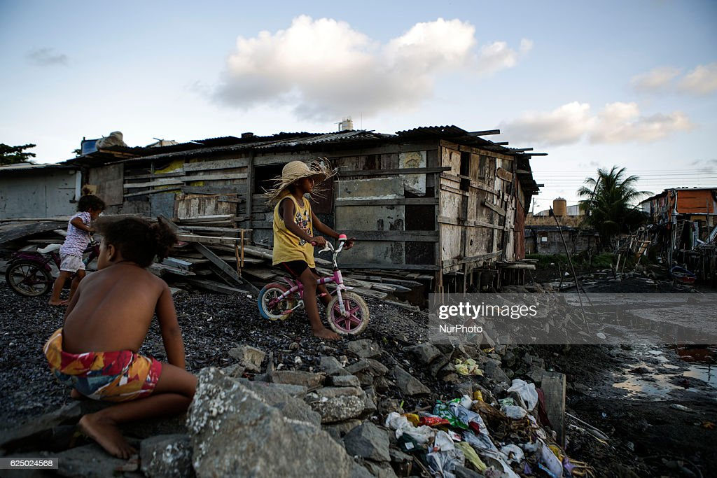 Indigenous, Blacks And Women Are Most Affected By Poverty In Brazil : Foto jornalística