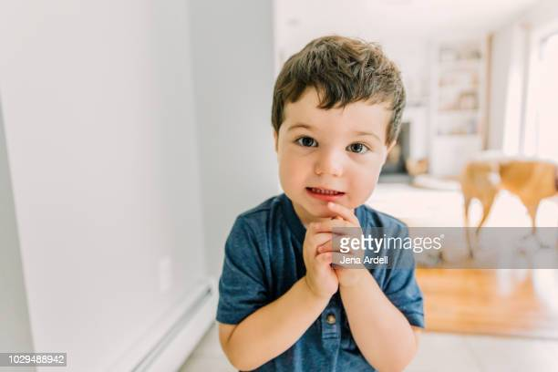 child pleading, domestic life, domestic life cheerful family, domestic life family, real life, real people, boy - suplicar imagens e fotografias de stock