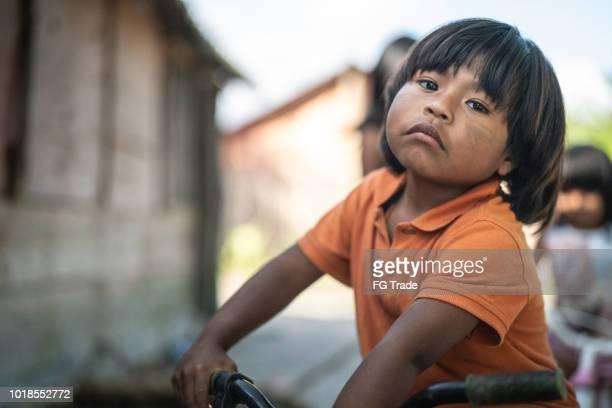 retrato de criança andando de bicicleta no lugar rural - latino americano - fotografias e filmes do acervo