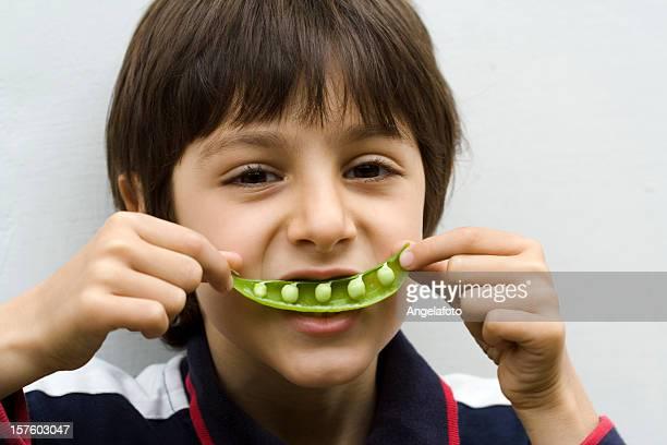 Portrait d'un enfant avec petits pois