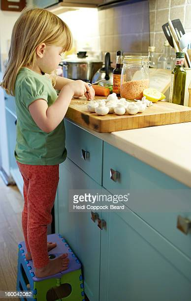 child preparing food in kitchen - heidi coppock beard photos et images de collection
