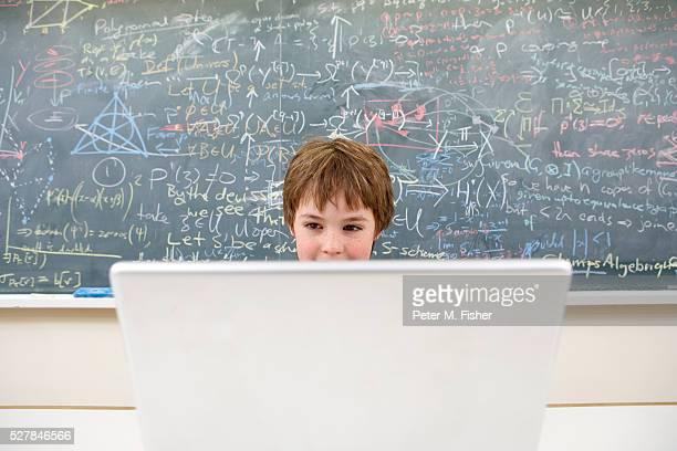 child prodigy using laptop - wonderkind stockfoto's en -beelden