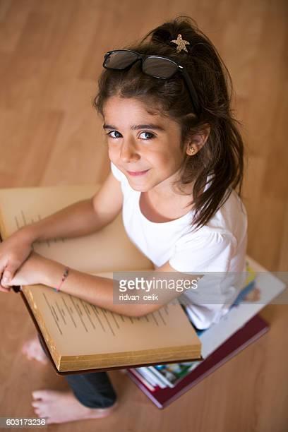 enfant lisant livre  - écolière photos et images de collection