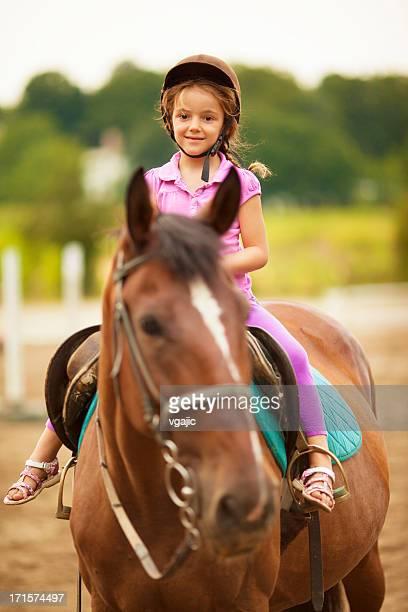 Kinder Reiten Pferd im Freien.