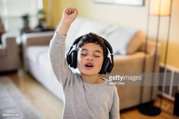 child rocking out to music - cantar - fotografias e filmes do acervo