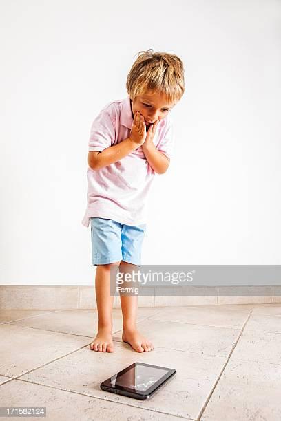 Kind schockiert, nachdem er hat tief und broken ein tablet