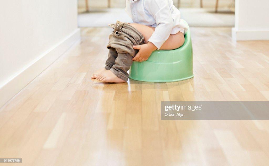Child sitting on the potty : ストックフォト