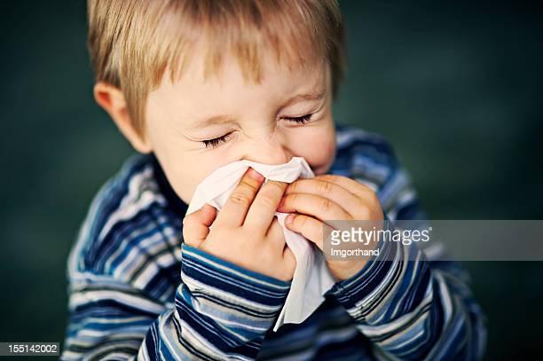 niño estornudos - sonarse fotografías e imágenes de stock