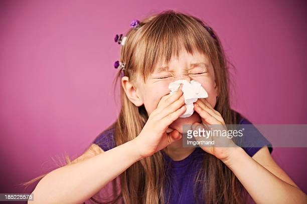 Niño estornudos