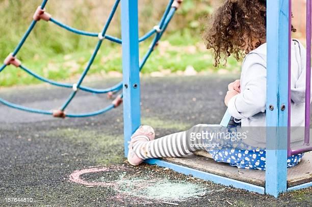 Kinder (4 bis 5) Stting auf dem Boden in Spielplatz