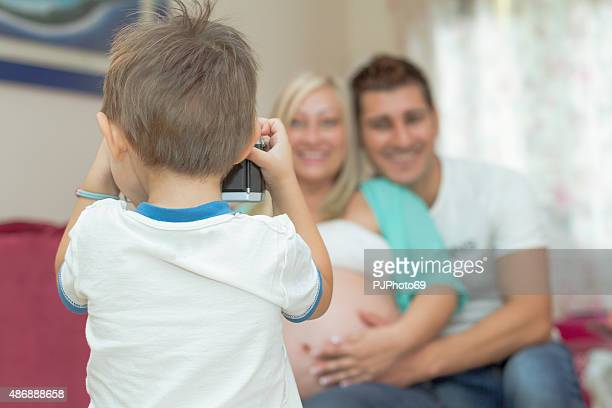 child (3 years old) taking picture of his family (maternity) - pjphoto69 stock pictures, royalty-free photos & images