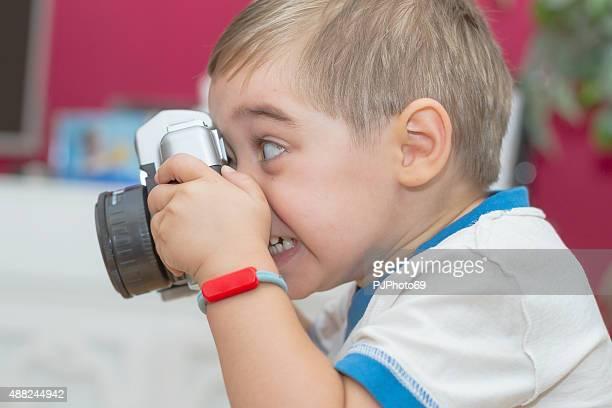 Kinder (ab 3 Jahren) nehmen Bild mit Spielzeug-Kamera