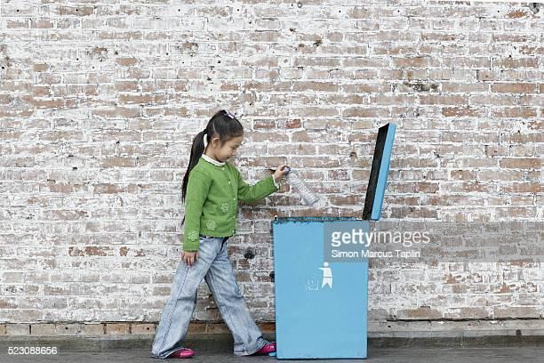 child throwing away litter - ゴミ容器 ストックフォトと画像