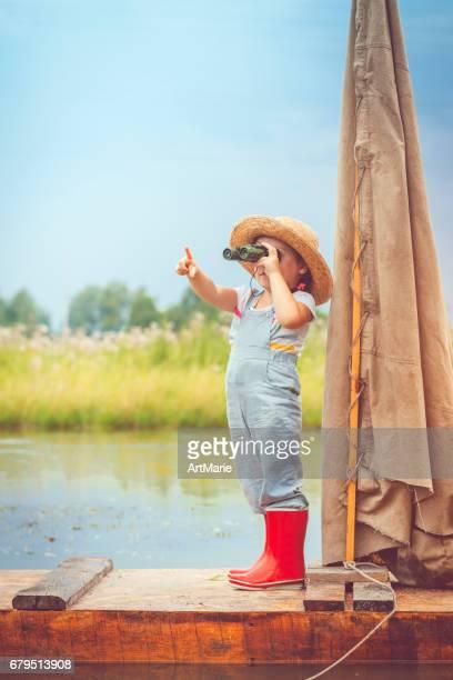Enfant voyageant sur radeau
