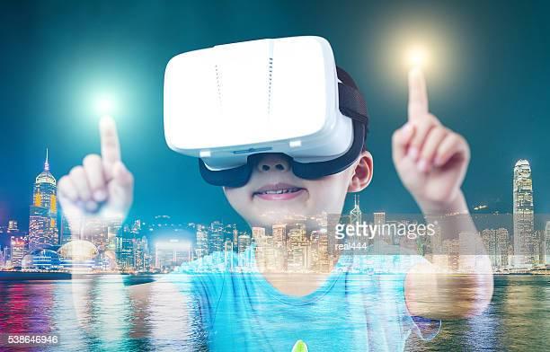 Criança com auscultadores com microfone de realidade Virtual