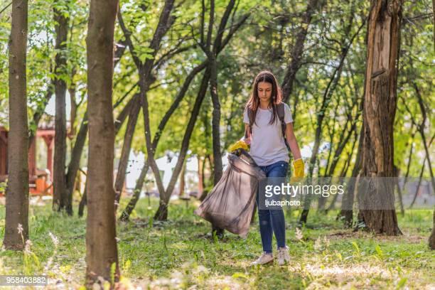 Ambiente de caridad niño voluntario ayuda basura colección