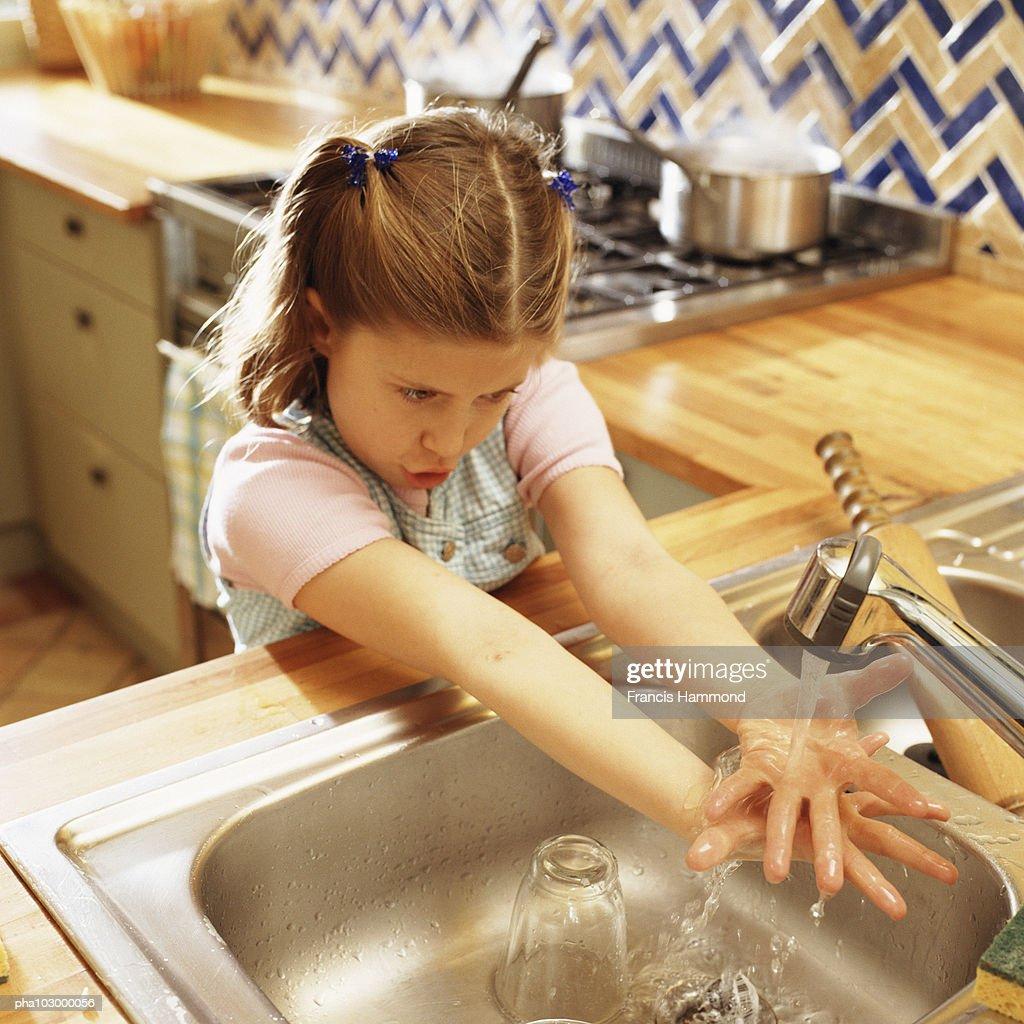 Child washing hands : Stockfoto