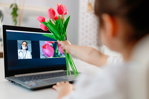 Child who gave Mother's Day gift by meeting with her video conference with her mother who could not come home due to the outbreak 1219227772