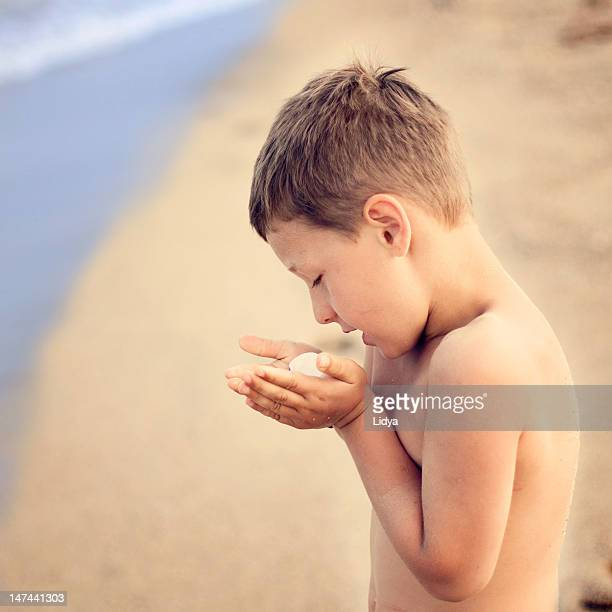 Child who talking with sea