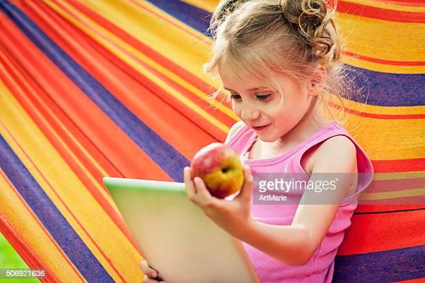 Kind mit tablet PC