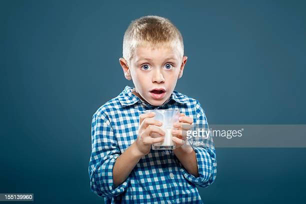 お子様には、ガラスのミルク - 男子生徒 ストックフォトと画像
