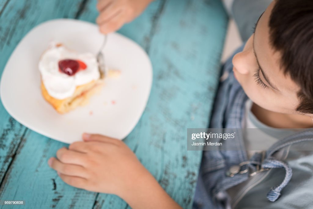 Child with cake : Stock-Foto