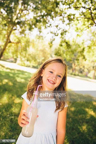 Kind mit drink im park